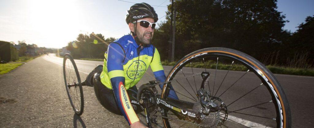 Iván Montero con una bici adaptada para paraciclismo